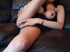 Femme chaude indienne en talons se masturbe avec un gode noir