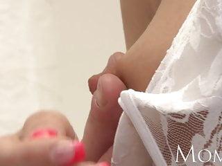 媽媽性感成熟的金發女郎想讓你感受到她的長襪子l