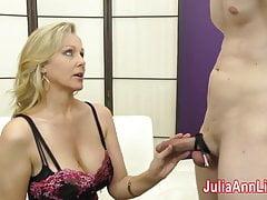 Mamuśka Julia Ann robi Slave Cum na swoich pończochach z FootJob