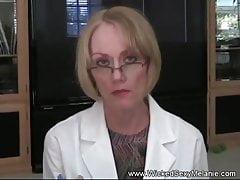 GILF geht zu ihrer Arztpraxis