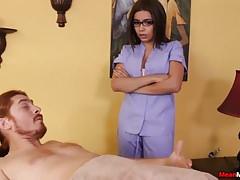 La massaggiatrice adolescente prende in giro il povero ragazzo legato