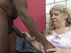 Gierige Oma vom geilen Stiefsohn verführt