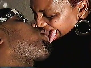 Amateur Bbw xxx: Black Couple Extreme Tongue Kiss