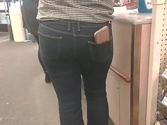BuBlE BuTT LaTina in TiGhT Jeans con CeLLy in PockeT