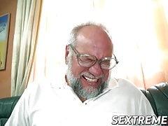 Luscious Miranda Miller soffia e cavalca un cazzo più vecchio