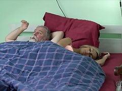 Blonde et vieux mari ont interrompu le thé pour faire l'amour sur un canapé