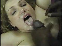 Große Ladung Sperma in Frau hübsches Gesicht.