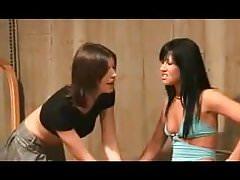 Dos señoras juegan con hombre feo.