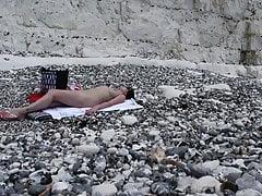 Kobieta obdziera się na plaży nudystów - Hidden Cam