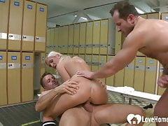 Blondynka cieszy się podwójną penetracją na szatniach