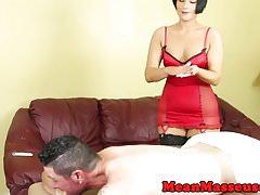 Massaggiatrice dominante milf masturbandosi e schiaffeggiando