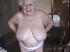 Stará žena představuje své vemene