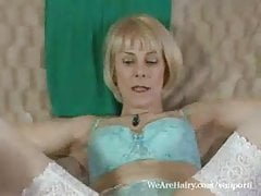 Hot mature Hazel flicks sa chatte poilue humide