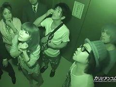 In Elevator Maika und Aoi Miyama stecken - mehr bei caribbeanco