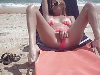 Handjob Futanari Hidden Camera video: masturbandose en la playa 1