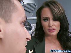 Enfermeras militares de CFNM someten a voyeur en trío