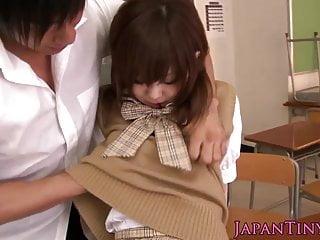 小日本女学生Mika Airi在教室里操