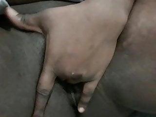 Si masturba e schizza sulla sua mano