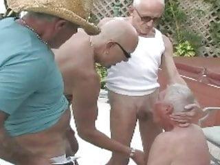3 grandpa en la piscina...
