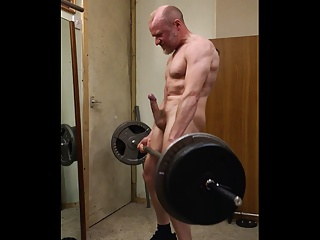 Muscular guy turns himself on doing nude weightlifting.