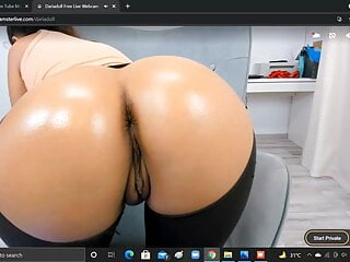 dariadoll is showing her ass