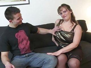 Giovane ragazzo scopa procace madre matura