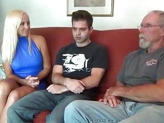 Den attraktiva blonda fruen, hennes man och styvsonen