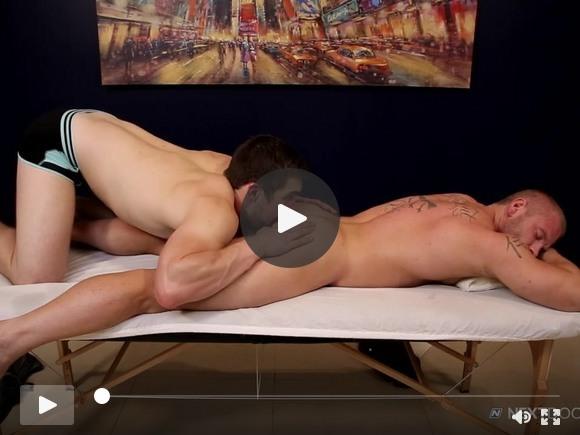 NextDoorStudios Cute Muscle Man scopa il massaggiatore sul massaggio