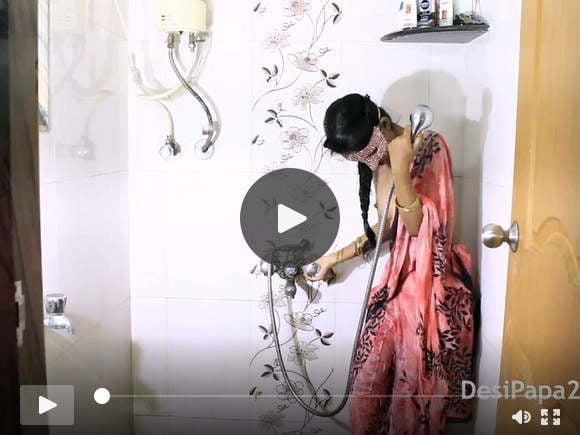 मुंबई देसी कॉलेज गर्ल शावर में वेट स्ट्रिप शो करती हैं