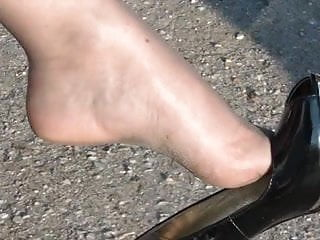 OUTDOOR NYLON LEGS IN CAR