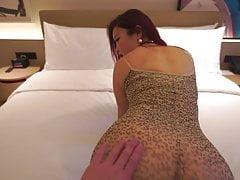 Chinees meisje in een hotelkamer