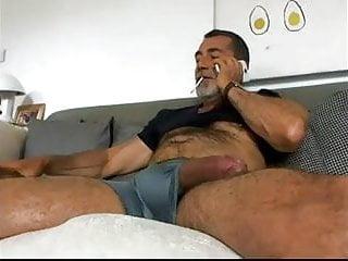 Coroa se masturbando