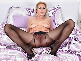 žena sleduje lesbické porno