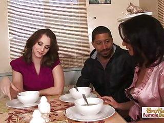 la madre finalmente non incontra il fidanzato delle sue figlie