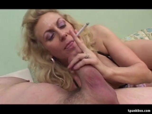 Cigizés közben szopta le fia faszát a részeg anyuka szex videó