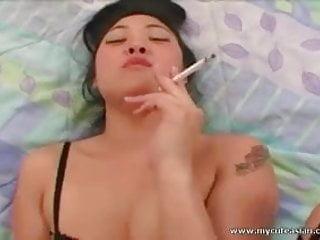 討厭的亞洲蕩婦吸煙同時吸吮迪克和在