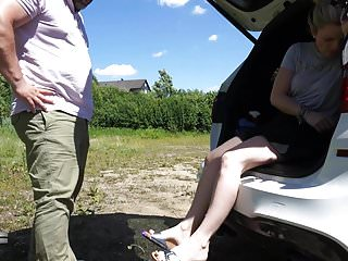 Outdoor auf die Fuesse gewichst - Lady-Sabrina
