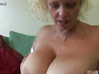 Una madre britannica dai grossi seni si esibisce in un grande rack e