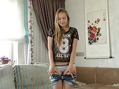 Tara sabirova z małym soczystym tyłkiem masturbującym się