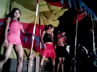 Tamil mujra girl flashing to crowd...