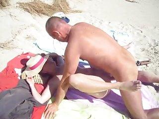 La salope baise sur la plage avec un inconnu