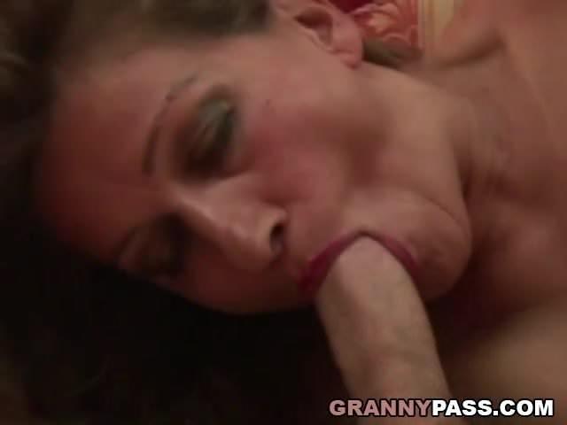 Anyuka imádja szopni fiacskája hatalmas farkát szex videó