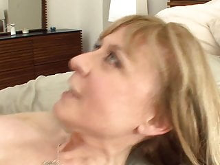 Cougar procace seduce in calze e una giarrettiera