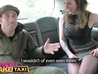 Taxi falso femminile L agricoltore nervoso non può soddisfare l autista