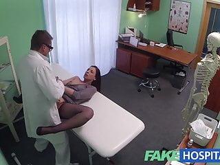 Le telecamere nascoste FakeHospital catturano la paziente usando la massa