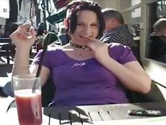 Une belle brunette qui veut du sexe en publique