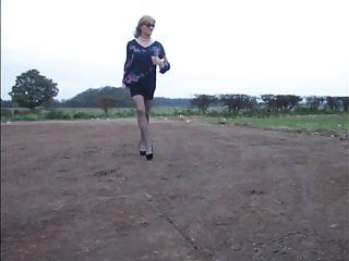 Sexy crossdresser shows off dogging spot...