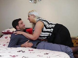 Den mogna knubbiga mamman förför sin son