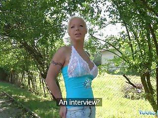 L agente pubblico Hot Blonde Wife Barbie Sins scopa uno sconosciuto