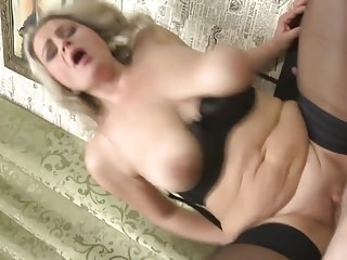 Mamma con grandi tette cadenti fa sesso tabù